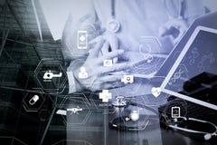 Concept fonctionnant médical, docteur travaillant avec le téléphone intelligent et d de Co Image stock