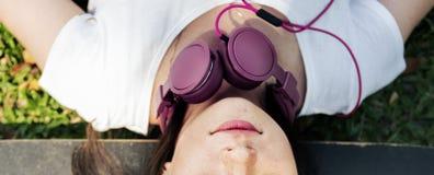 Concept froid menteur d'écouteur de repos de relaxation de planche à roulettes photographie stock