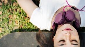 Concept froid menteur d'écouteur de repos de relaxation de planche à roulettes photos stock