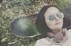 Concept froid menteur d'écouteur de repos de relaxation de planche à roulettes image libre de droits