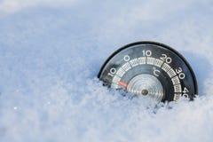 Concept froid neigé de temps d'hiver de thermomètre photographie stock libre de droits