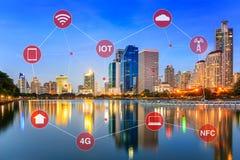 Concept futé de ville illustré par la mise en réseau et l'Internet de Thi Photos libres de droits