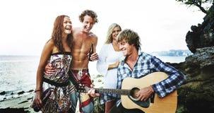 Concept gai de ciel d'unité de guitare de partie de plage photo libre de droits