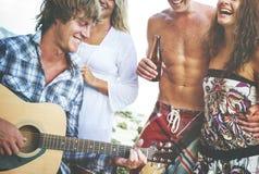 Concept gai de ciel d'unité de guitare de partie de plage photos libres de droits
