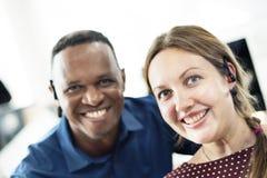 Concept gai de sourire de lieu de travail d'amis de collègue Image stock