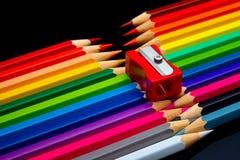 Concept-gekleurde die potloden op een donkere achtergrond worden opgemaakt royalty-vrije stock foto's