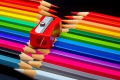 Concept-gekleurde die potloden op een donkere achtergrond worden opgemaakt royalty-vrije stock afbeeldingen