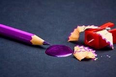 Concept-gekleurde die potloden op een donkere achtergrond worden opgemaakt royalty-vrije stock fotografie