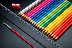 Concept-gekleurde die potloden op een donkere achtergrond worden opgemaakt royalty-vrije stock afbeelding