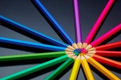 Concept-gekleurde die potloden op een donkere achtergrond worden opgemaakt stock afbeelding