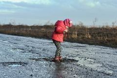 Concept - gelukkige kinderjaren Meisjespelen in vulklei, kinderen` s pret, onvergetelijke ogenblikken, vuile en natte schoenen, p stock foto's