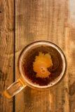 Concept germanique de bière, silhouette de l'Allemagne sur la mousse en verre de bière sur la table en bois photos libres de droits