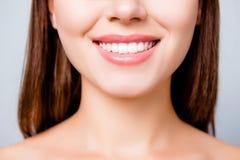 Concept gezonde brede mooie glimlach Bebouwde dichte omhooggaande foto stock afbeeldingen