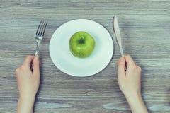 Concept gezonde voeding Groene verse smakelijke appel op witte plaat royalty-vrije stock foto