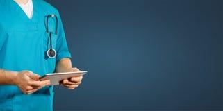 Concept globale geneeskunde en gezondheidszorg De arts houdt digitale tablet Diagnostiek en moderne technologie blauwe rug royalty-vrije stock afbeelding