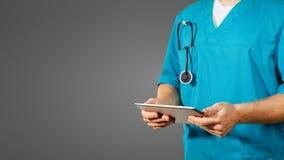 Concept globale geneeskunde en gezondheidszorg De arts houdt digitale tablet Diagnostiek en moderne technologie op zwarte achterg stock fotografie