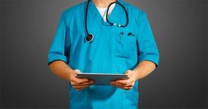 Concept globale geneeskunde en gezondheidszorg Onherkenbare arts die digitale tablet gebruiken Diagnostiek en moderne technologie royalty-vrije stock fotografie