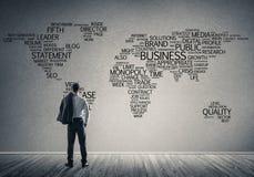 Concept globalisering en voorzien van een netwerk met bedrijfskaart van bus stock foto