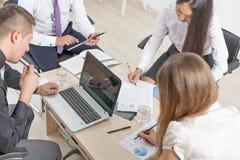 Concept groeps bedrijfsmensen op vergadering in het bureau Stock Afbeelding
