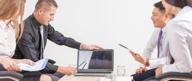 Concept groeps bedrijfsmensen op vergadering in het bureau Stock Fotografie