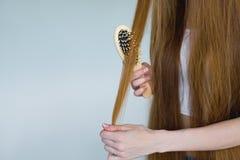 Concept haarverlies Sluit omhoog portret van ongelukkige droevige beklemtoonde jonge vrouw met lang droog bruin haar, bekijkt zij stock afbeeldingen