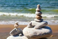 Concept harmonie en saldo Rots Zen op de achtergrond van de zomeroverzees Royalty-vrije Stock Afbeelding