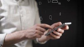 Concept, het digitale online leven en sociale netwerken Een jonge mens in een overhemd gebruikt zijn smartphone om zijn rekeninge stock video