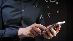 Concept, het digitale online leven en sociale netwerken Een zakenman in een overhemd gebruikt zijn smartphone om zijn rekeningen  stock footage