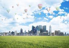 Concept het eco groene leven met aerostaten die boven stad vliegen Royalty-vrije Stock Afbeelding