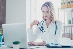 Concept het gebruiken van moderne technologie bij de ziekenhuizen Portret van KMIO stock fotografie