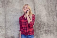 Concept het gebruiken van moderne technologie Glimlachende vrouw in toevallige klonter stock afbeeldingen