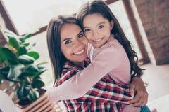 Concept het hebben van een gelukkige familie met goedgekeurd kind Sluit omhoog ph stock afbeeldingen