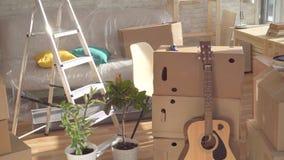 Concept het idee, een lege ruimte met dozen voor het bewegen van huis, niemand stock video
