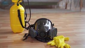 Concept het idee van het schoonmaken en desinfectie, beschermende masker en handschoenen stock video
