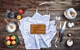 Concept: Het koken, het bakken Het keukengerei en een verscheidenheid van producten voor baksel sluiten omhoog op een rustieke li stock afbeelding