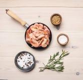 Concept het koken garnalen met kruiden, kruiden en peper in een klein pan, Aziatisch voedsel, houten witte hoogste mening als ach Royalty-vrije Stock Fotografie