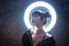 Concept het kunstmatige leven Mooie jonge vrouw, futuristische stijl royalty-vrije stock fotografie