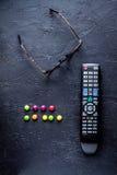 Concept het letten van op films met donkere achtergrond van de spaanders de hoogste mening Stock Fotografie