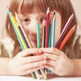Concept: het leven is mooi en kleurrijk Humoristische foto van grote kunstenaar Portrait van leuk weinig kindmeisje met kleurpotl stock foto