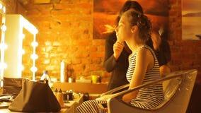 Concept het maken van make-up Stilist en mooie vrouw stock video