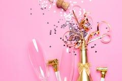 Concept het openen van een dure gouden champagnefles gewijd aan de viering stock foto
