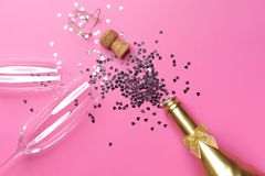 Concept het openen van een dure gouden champagnefles gewijd aan de viering royalty-vrije stock fotografie