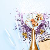 Concept het openen van een dure gouden champagnefles gewijd aan de viering royalty-vrije stock foto's