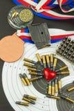 Concept het schieten van competities Sport het schieten Biathlon achtergronddiploma Hulpmiddelen en doelstellingen op houten acht Royalty-vrije Stock Foto's