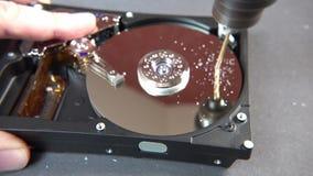 Concept het schrappen van grote gegevens door een gat in de harde schijf te boren stock video