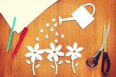 Concept het tuinieren Het water geven van bloemen van document worden gemaakt dat Royalty-vrije Stock Foto's