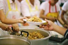 Concept het Voeden: Het helpen van Mensen met Honger met Vriendelijkheid royalty-vrije stock afbeelding