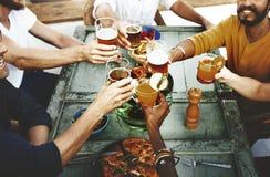 Concept heureux d'amusement de boissons d'amis de partie photographie stock