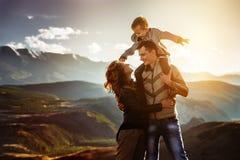 Concept heureux d'amusement de famille au coucher du soleil Photographie stock