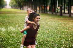 Concept heureux d'amusement de nature d'enfant de maternité Photo libre de droits